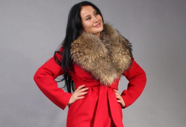женское пальто осень-зима с меховым воротом красное с поясом