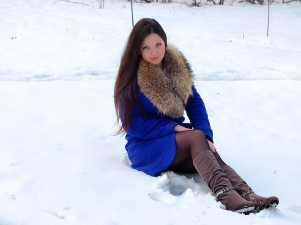 женское пальто осень-зима с меховым воротом синее