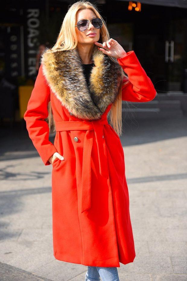 пальто осень-зима: красное с меховым воротом