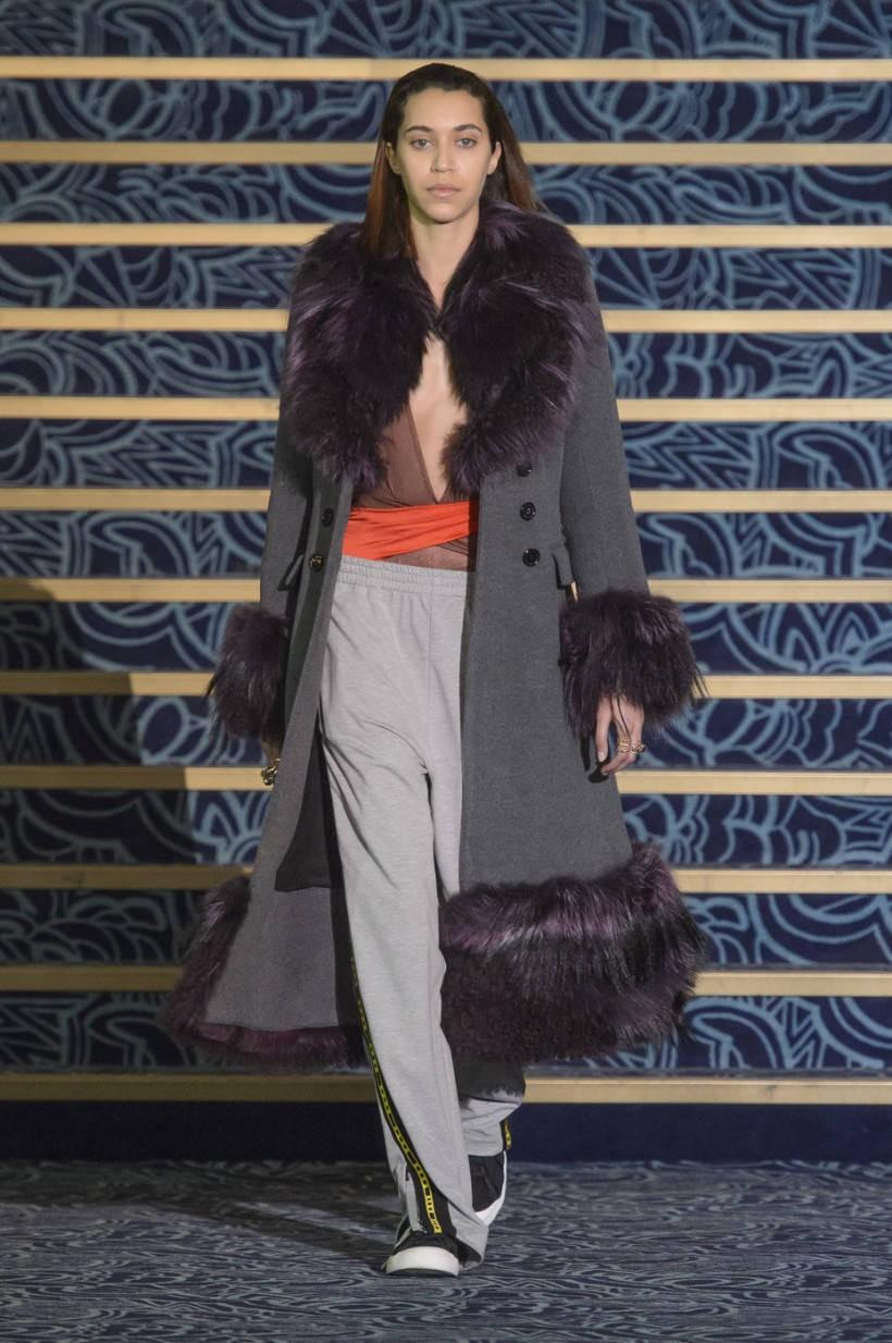 модное пальто осень зима 2018 2019 с мехом удлиненное серое
