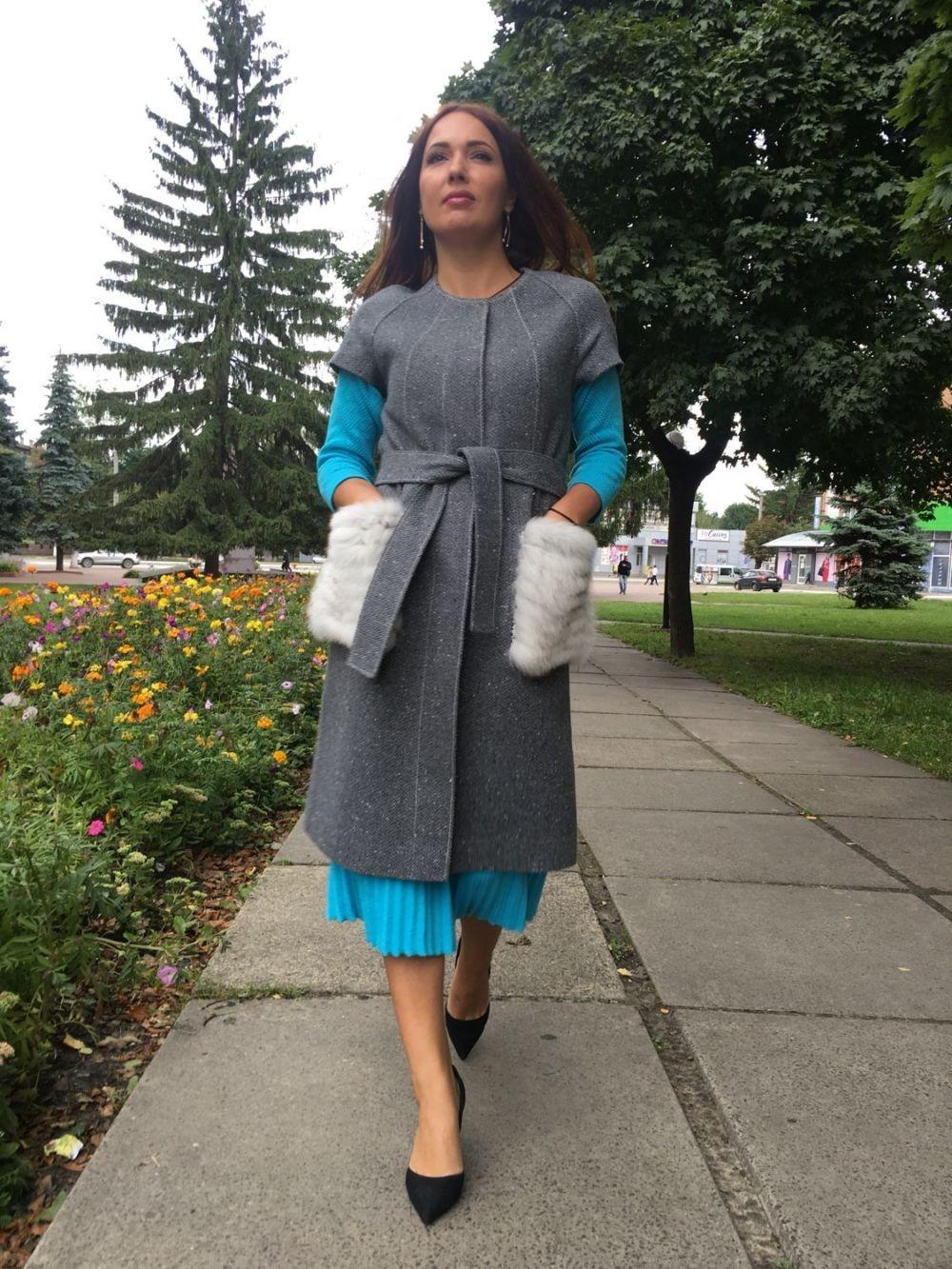 модное пальто осень зима 2018 2019 с коротким рукавом серое с меховыми карманами
