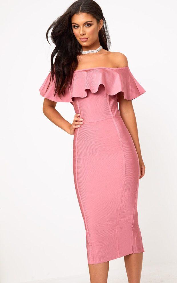 Модные платья на выпускной 2019: розовое открытые плечи