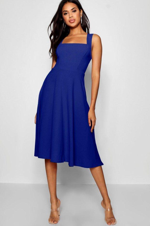 Модное платье для выпускного: синее на лямках
