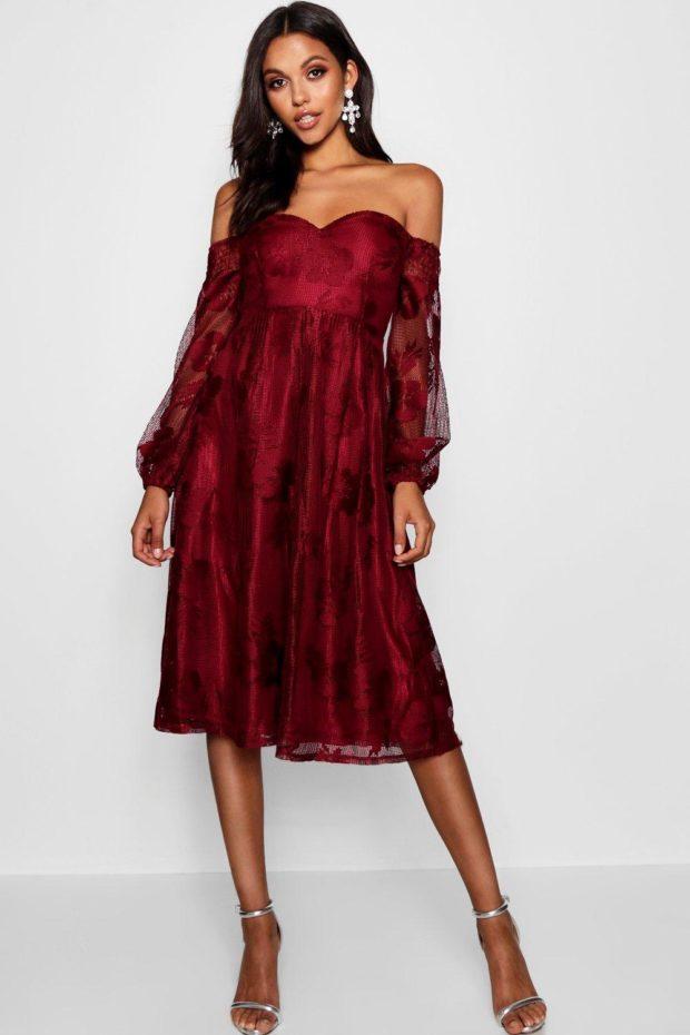 Модное платье для выпускного: бордовое открытые плечи