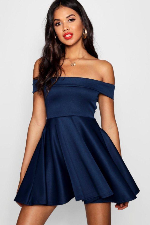 Модное платье для выпускного: синее открытые плечи