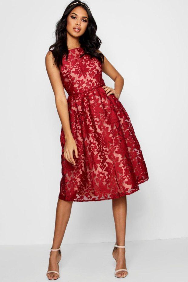 Модное платье для выпускного: красное с узорами