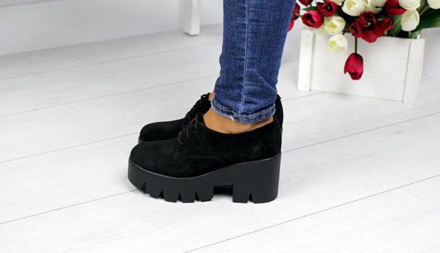 туфли на тракторной подошве с чем носить под джинсы синие