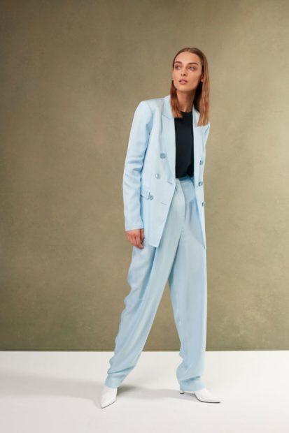 пиджаки женские модные в 2018 2019 году: голубой удлиненный