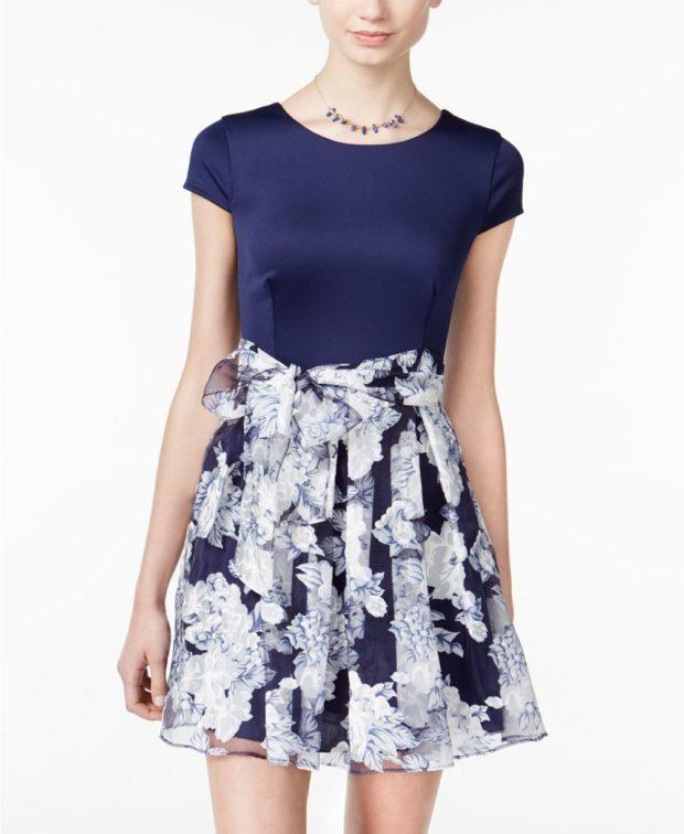 платье на выпускной 2019: синее с принтом