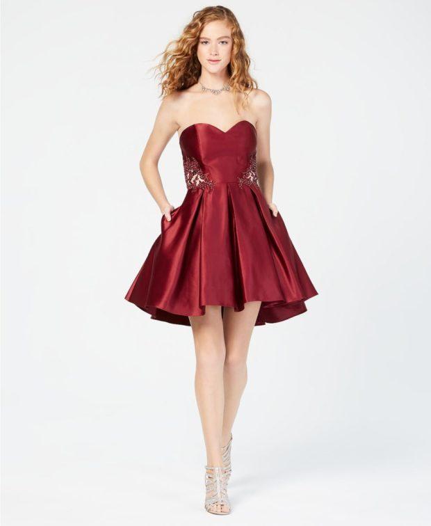 платье на выпускной 2019: бордовое открытые плечи