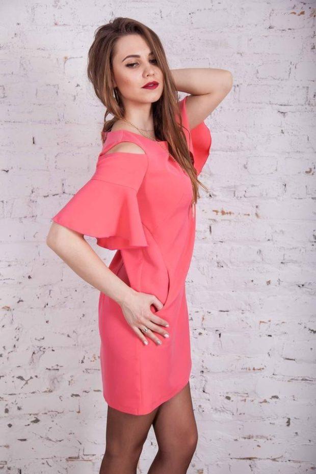 платья на каждый день с открытыми плечами розовое
