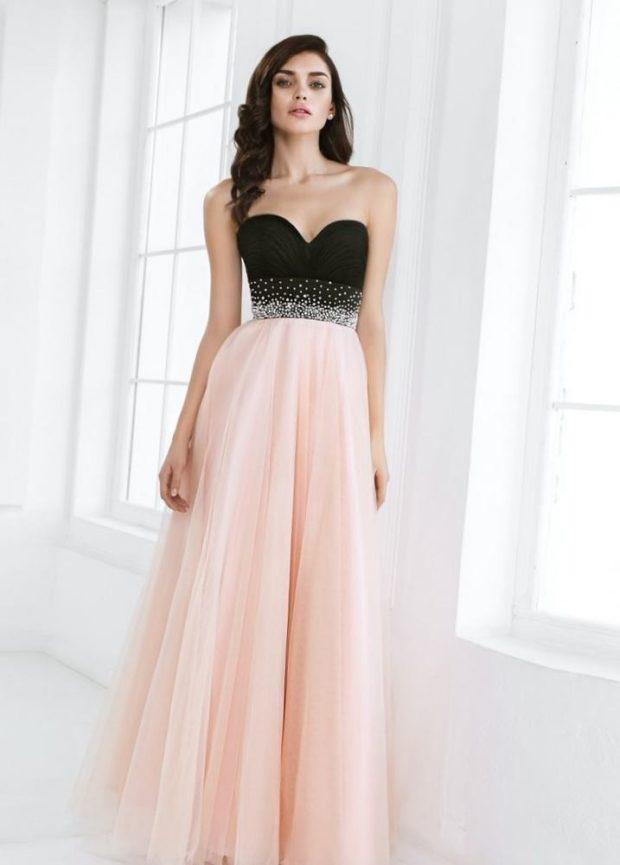 платья на выпускной 2019: розовая юбка черный лиф без плеч