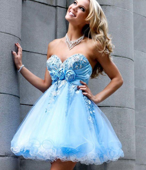 платья на выпускной: миди с розами голубое