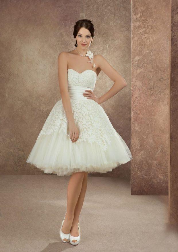 платья на выпускной: белое миди с открытыми плечами