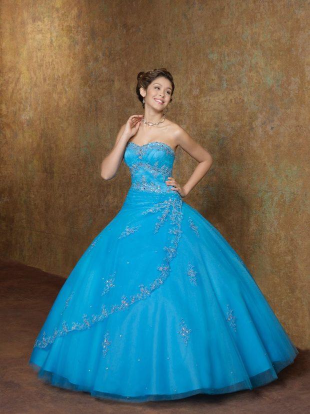 платье для выпускного: синие пышное без плеч
