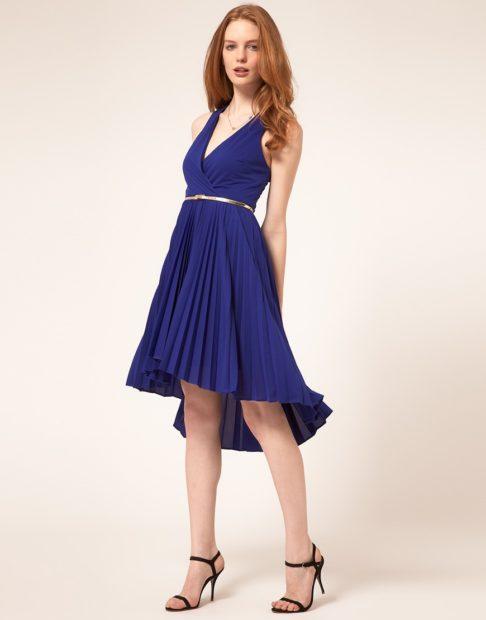 платья на выпускной 2018 плиссе синие с золотым ремешком