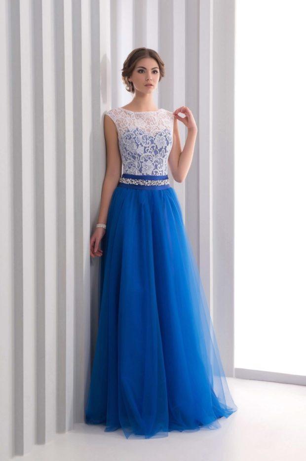 платья на выпускной 2019: синие в пол с белым гипюром