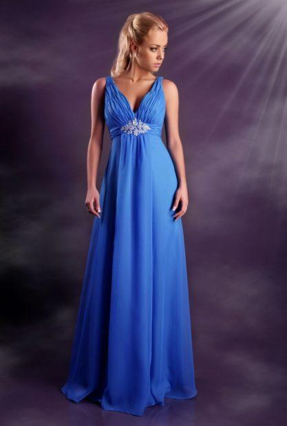 платья на выпускной 2018 в пол голубое с красивым поясом стиль ампир