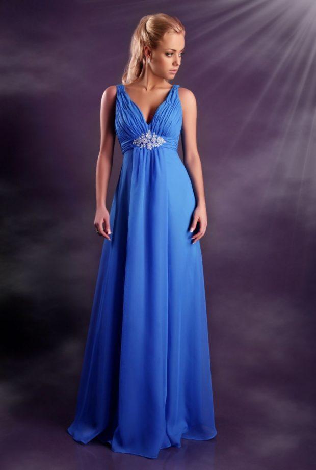 платье для выпускного: в пол голубое с красивым поясом стиль ампир