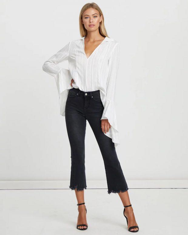 с чем носить укороченные брюки: под белую блузку рукава рюши
