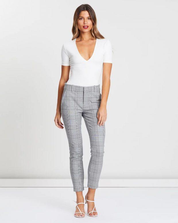 с чем носить укороченные брюки: под белую футболку