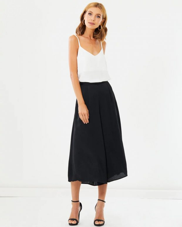 с чем носить укороченные брюки: под белую блузку на лямках