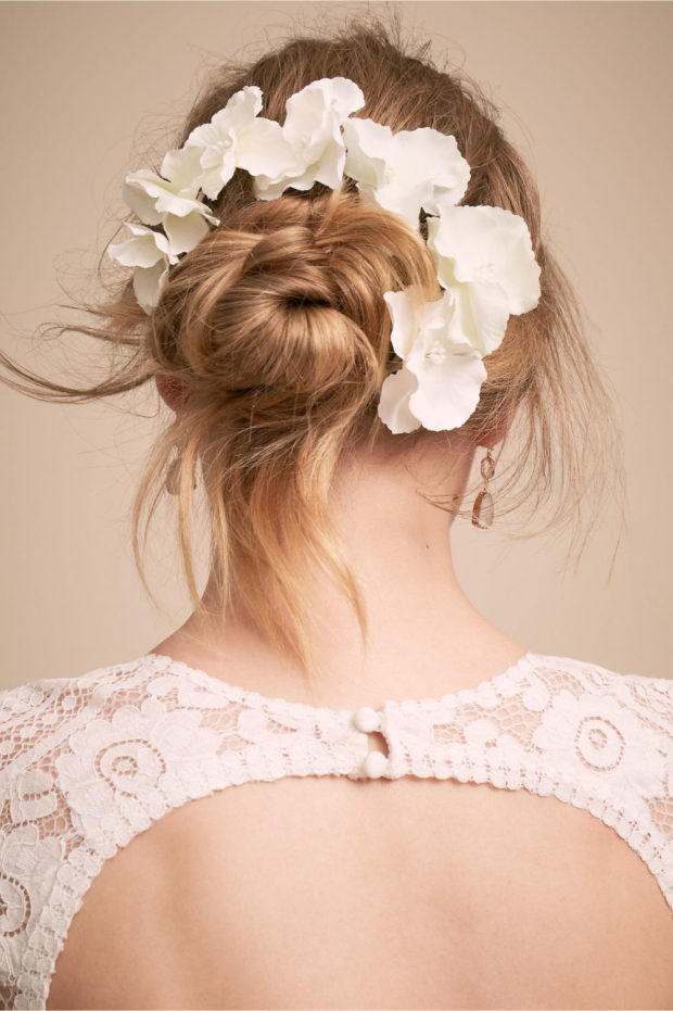 прическа с белыми цветами