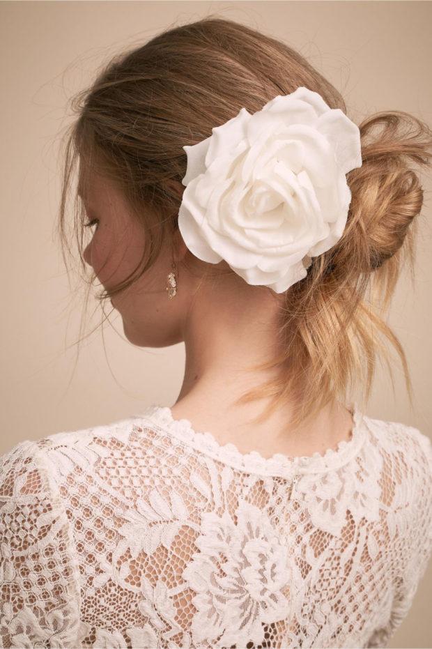 прическа с большой белой розой
