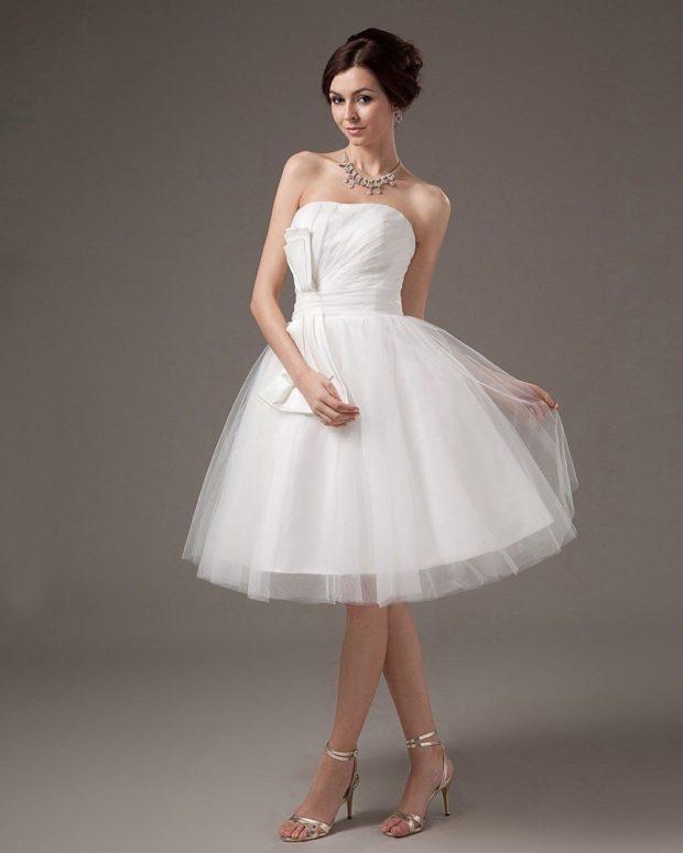 свадебная мода 2019-2020: платье короткое пышное белое открытые плечи