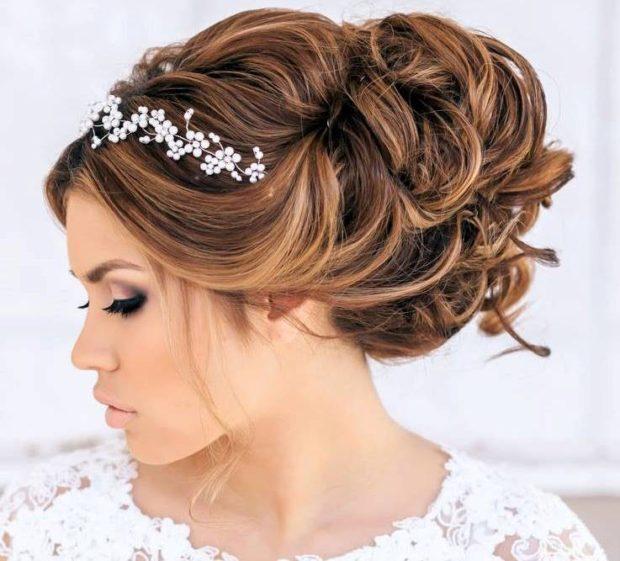 свадебная мода 2018-2019: волосы убранные наверх диадема