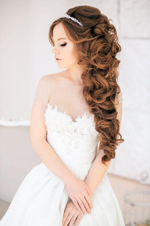 свадебная мода 2018-2019: локоны на всю длину с диадемой