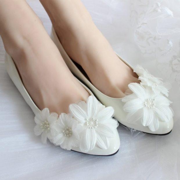 свадебная мода: балетки с цветами белые