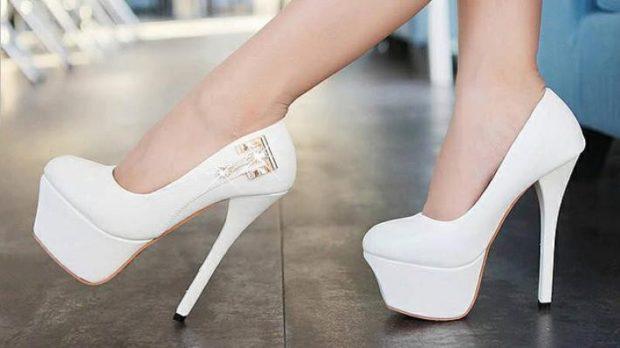 свадебная мода: туфли белые на шпильке с украшением