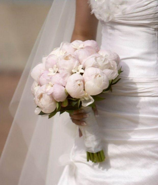 свадебная мода: букет светлый из пиона