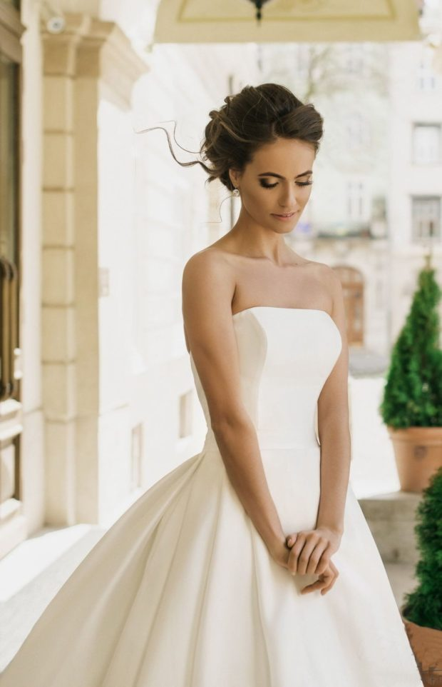 свадебная мода 2019-2020: платье без плеч белое