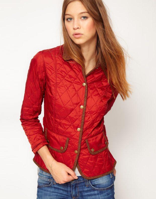 тенденции осени и зимы: куртка красная стеганная короткая