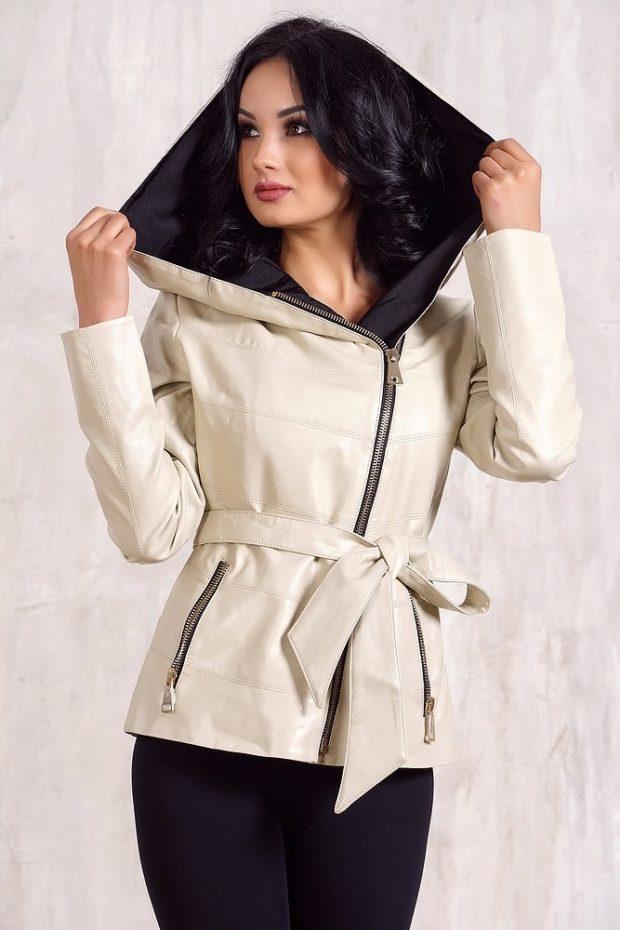 тенденции осени и зимы: белая кожаная куртка с поясом