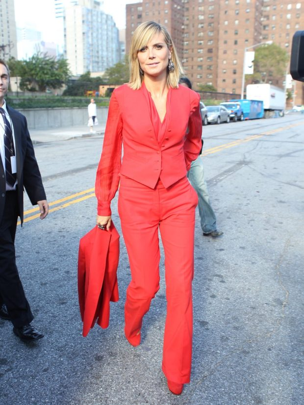 брючный костюм красный