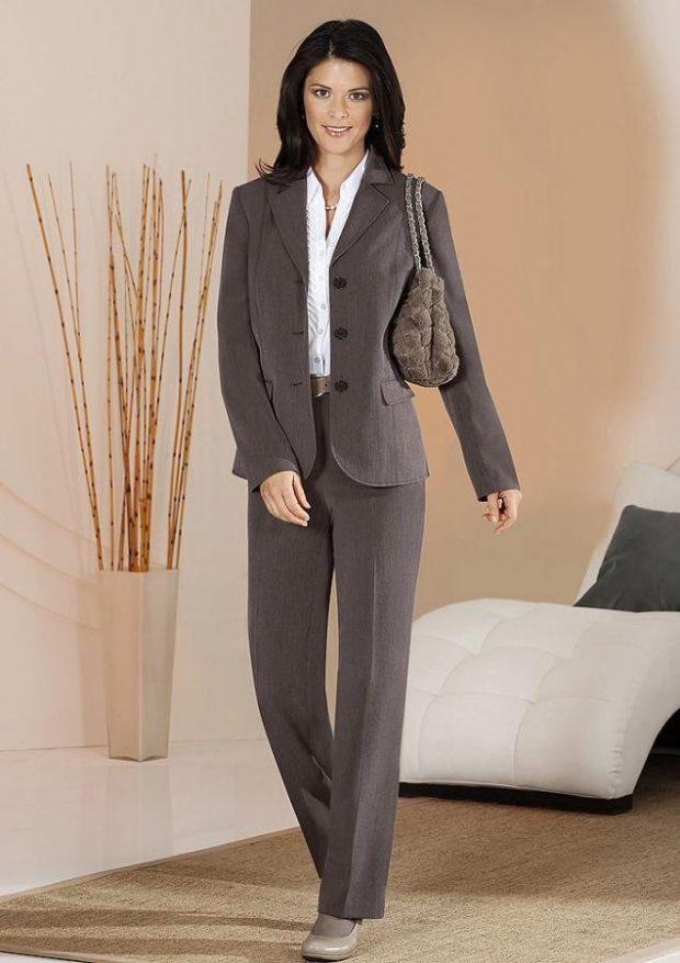 брючный костюм серый классика