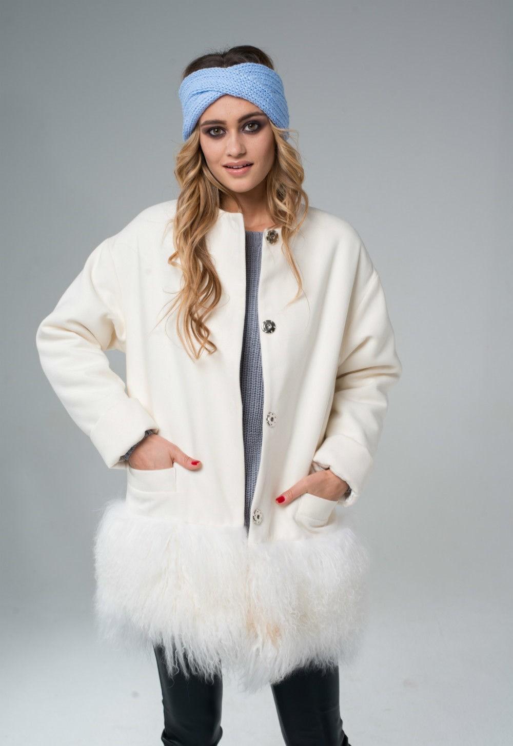 Тренды осень зима 2019: белое пальто с перьями