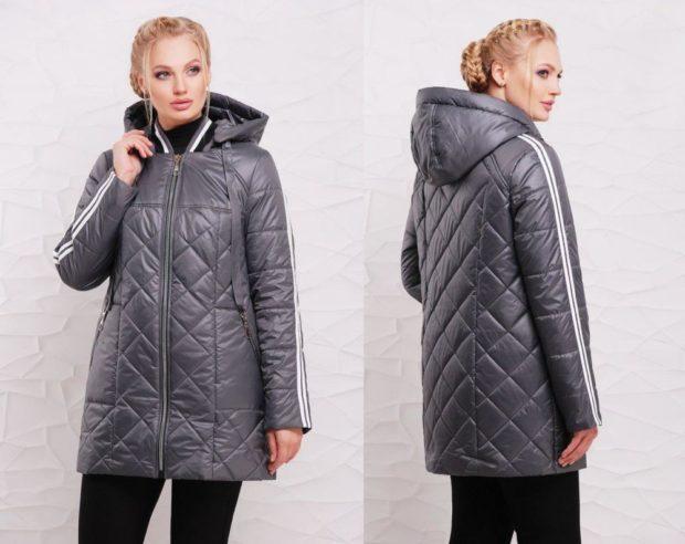 тенденции осени и зимы: стеганая куртка серая с капюшоном