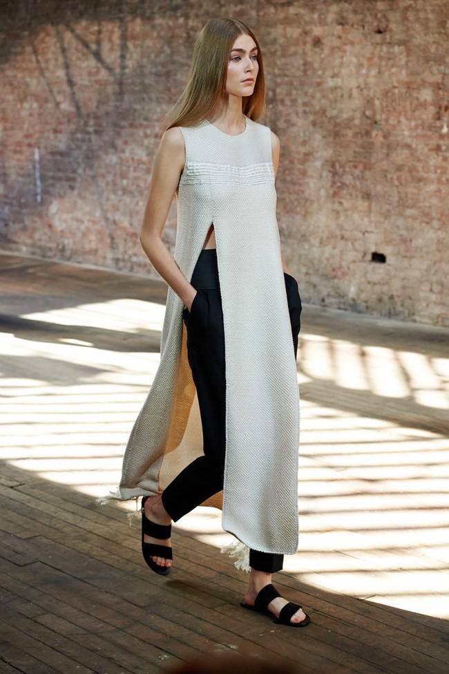 тренды осень зима 2019: длинное платье серое без рукава под черные штаны