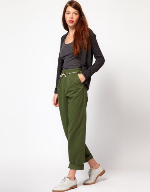 укороченные брюки с чем носить чиносы зеленые под майку и кофту