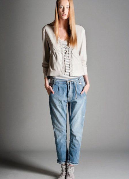 укороченные брюки с чем носить короткие джинсы под кофту свободную