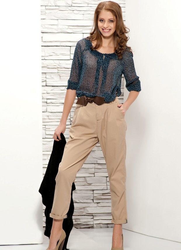 укороченные брюки с чем носить бежевые под блузку