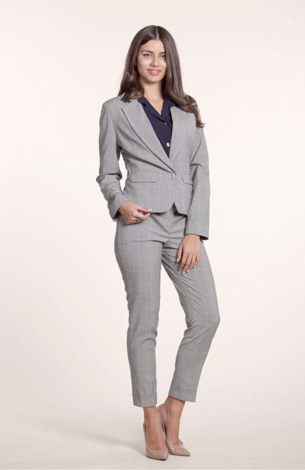 укороченные брюки с чем носить серый деловой костюм