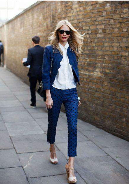 укорчоенные брюки с чем носить синие под пиджак и блузку в тон