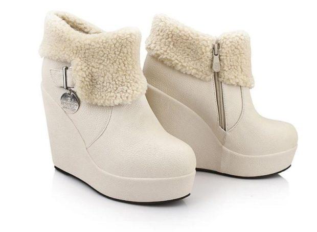 женская обувь осень-зима: короткие белые на танкетке с мехом
