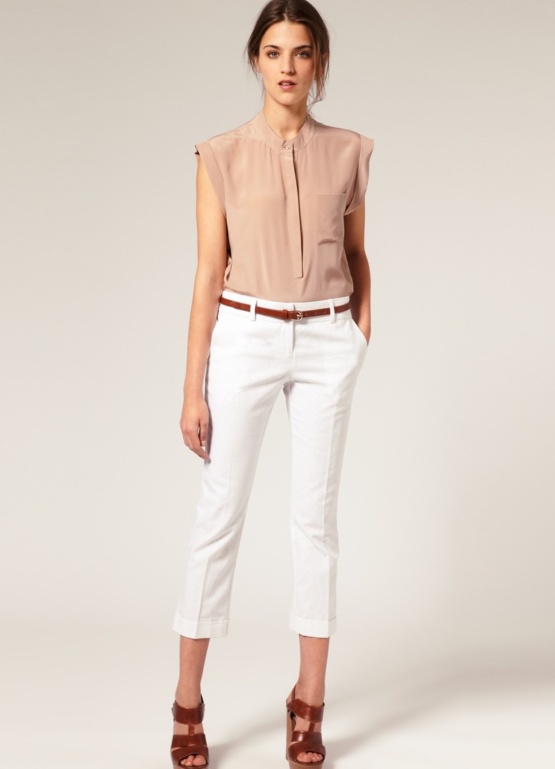 с чем носить белые брюки: короткие под блузку без рукава