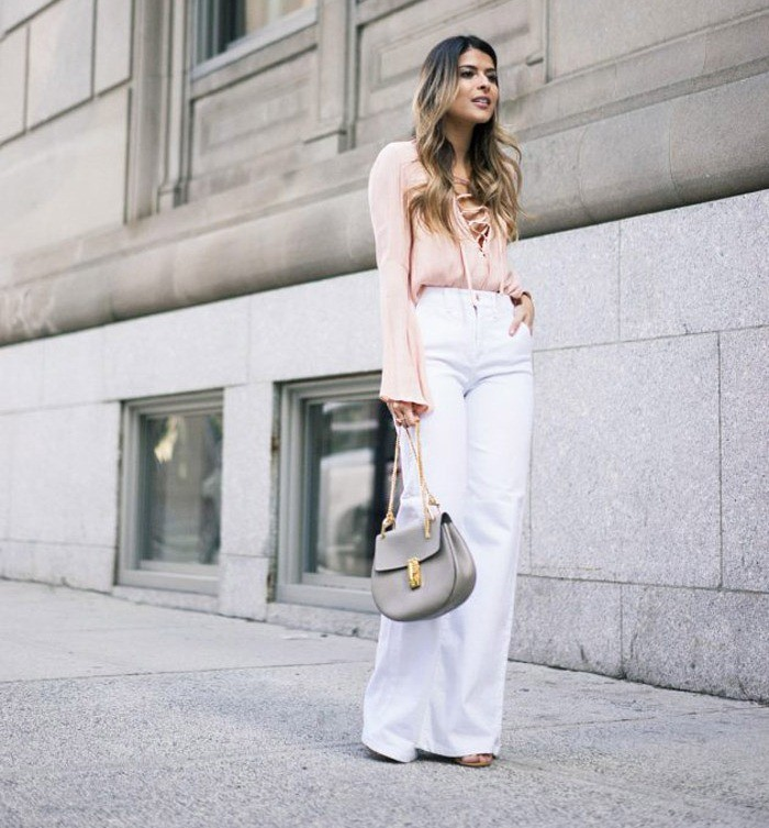 Белые брюки женские: широкие под бежевую блузку